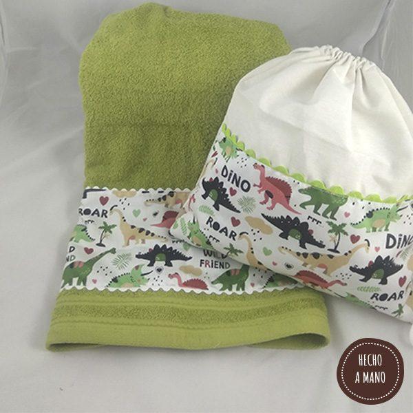 pack-ahorro-mochila-saco-toalla-verde-dinosaurios